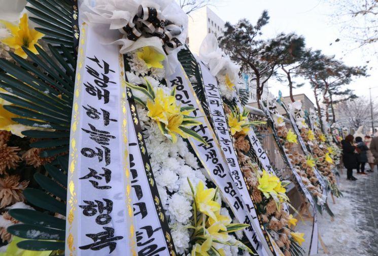 지난 13일 서울 양천구 남부지방법원 앞에 이른바 '정인이 사건' 피해자를 추모하는 근조화환이 놓여 있다. / 사진=연합뉴스