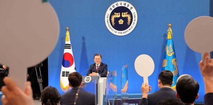 문재인 대통령이 18일 청와대 춘추관에서 열린 신년 기자회견에서 기자들의 질문을 받고 있다. / 사진=연합뉴스