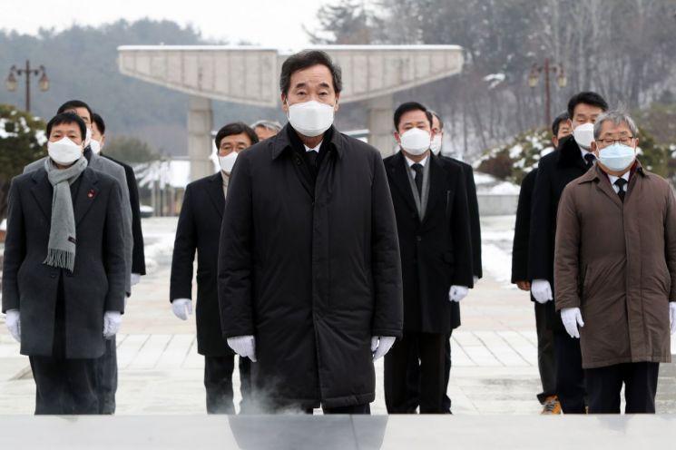 이낙연 더불어민주당 대표가 18일 오후 광주 북구 운정동 국립 5·18민주묘지를 찾아 참배단에서 분향하고 있다. / 사진=연합뉴스