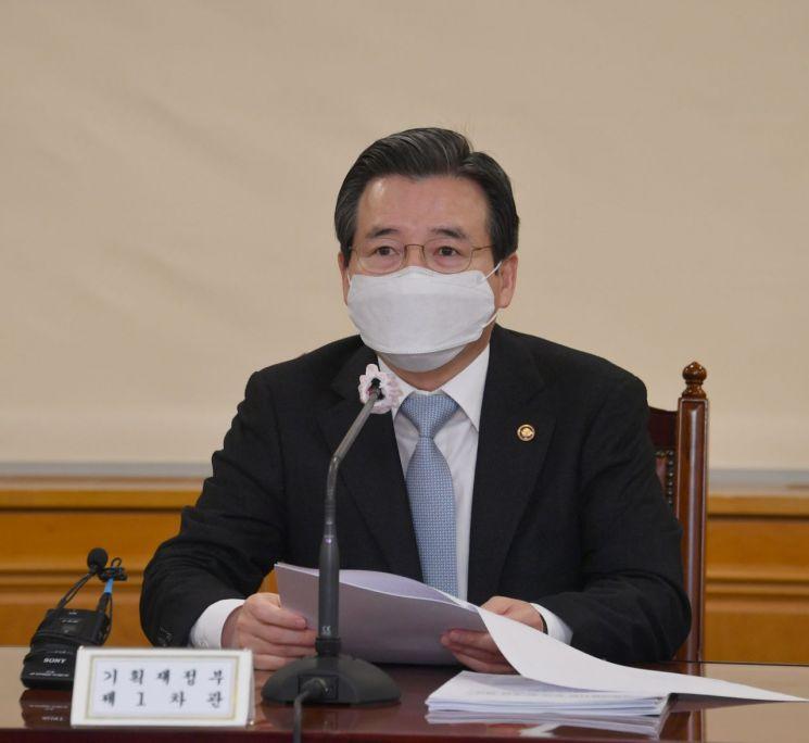 김용범 기획재정부 차관이 19일 서울 중구 은행회관에서 열린 '거시경제 금융회의'를 주재하며 모두발언을 하고 있다.