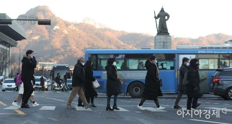 지난 19일 서울 광화문 사거리에서 두꺼운 옷을 입은 시민들이 발걸음을 재촉하고 있다. /문호남 기자 munonam@