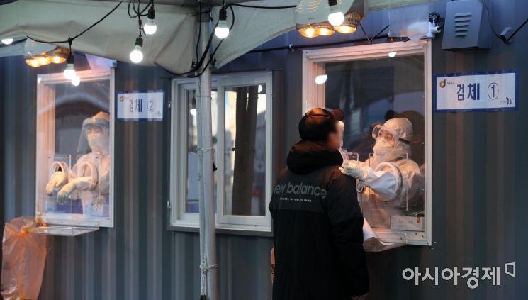 19일 서울역 광장에 마련된 신종 코로나바이러스 감염증(코로나19) 임시 선별검사소에서 의료진이 검체 채취를 하고 있다. 오는 20일은 국내에서 코로나19 첫 확진자가 나온 지 꼭 1년째가 되는 날이다./김현민 기자 kimhyun81@