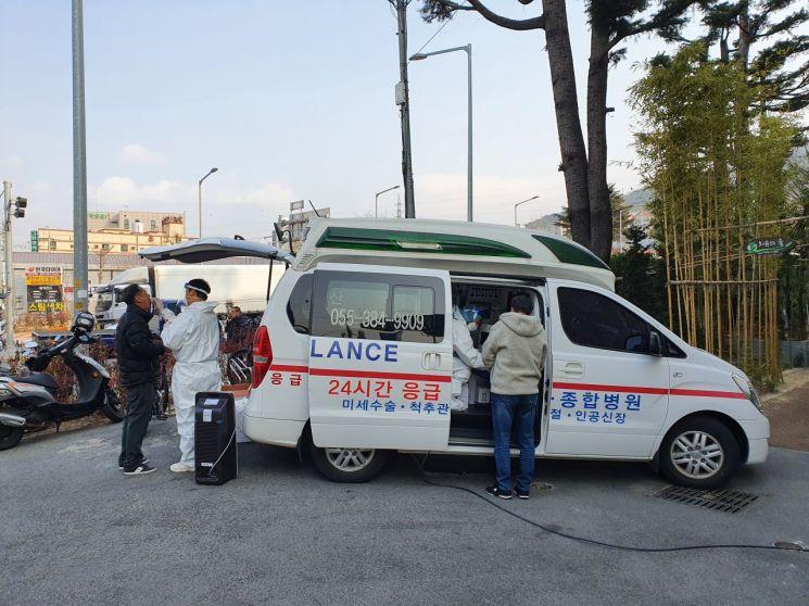 경남 양산시 선별진료소에서 대중교통 운수종사자가 코로나19 검사를 받고 있다.(사진=양산시)