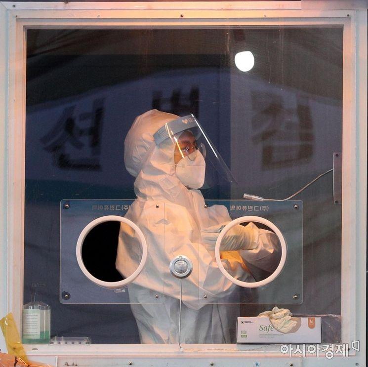 19일 서울역 광장에 마련된 신종 코로나바이러스 감염증(코로나19) 임시 선별검사소에서 의료진이 검사 준비를 하고 있다. 오는 20일은 국내에서 코로나19 첫 확진자가 나온 지 꼭 1년째가 되는 날이다./김현민 기자 kimhyun81@