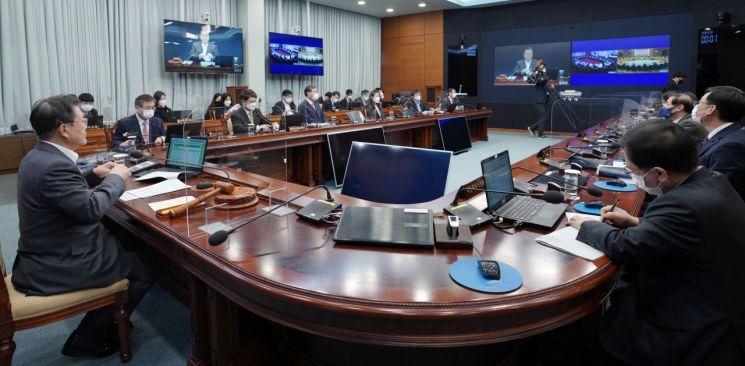 문재인 대통령이 19일 청와대에서 국무회의를 주재하고 있다. [이미지출처=연합뉴스]