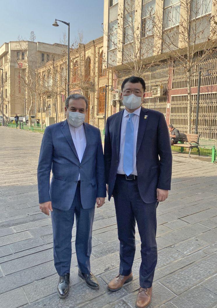 최종건 외교부 1차관이 지난 10일(현지시간) 이란에 억류된 선원들의 조기 석방을 위해 테헤란을 방문, 세예드 압바스 아락치 이란 외무차관과 기념촬영을 하고 있다. [이미지출처=연합뉴스]