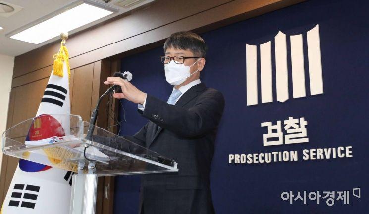 [포토]마이크 높이 조절하는 임관혁 단장