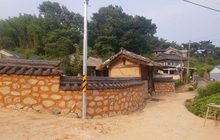 산청군 단성면 교동마을 마을정비사업 후 황토담장 (사진=산청군)