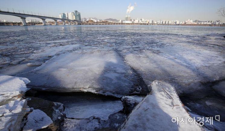 [포토] 한파에 꽁꽁 얼어버린 한강