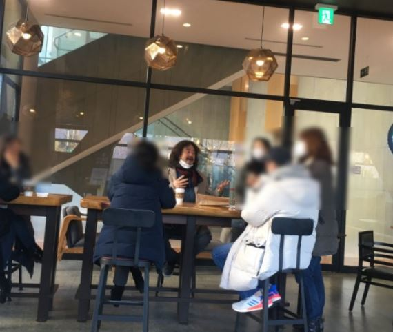 방송인 김어준 씨가 TBS 라디오 '김어준의 뉴스공장' 제작진들과 함께 서울 한 카페에서 대화를 나누고 있는 모습. / 사진=인터넷 커뮤니티 캡처
