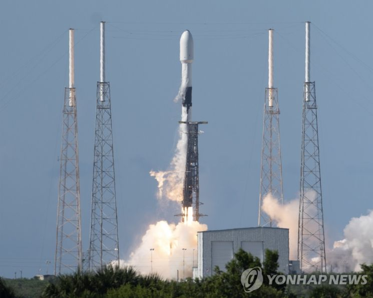 통신위성을 싣고 날아가는 '스페이스X' 팰컨9 재사용 로켓 / 사진=연합뉴스