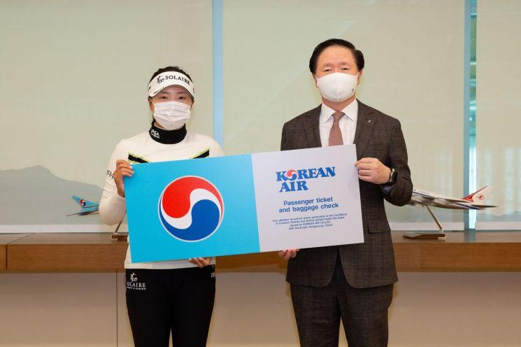 우기홍 대한항공 사장(오른쪽)이 여자 골프 세계랭킹 1위 고진영(왼쪽) 선수와 후원 협약 계약을 맺고 기념사진을 촬영하고 있다.