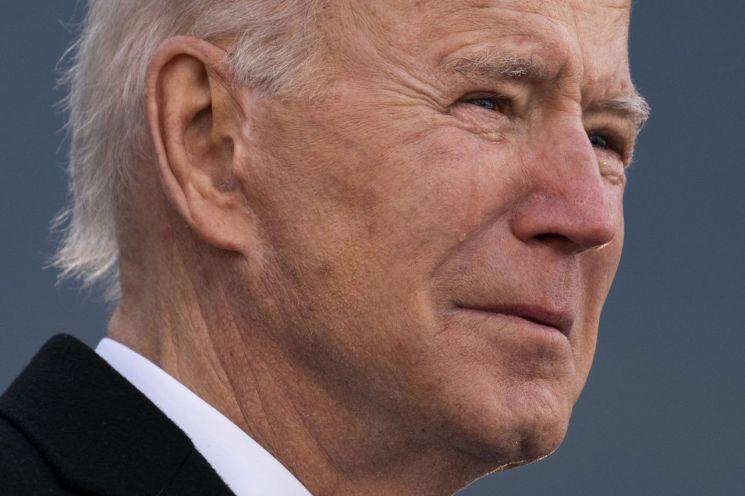 조 바이든 미국 대통령 당선인이 취임을 위해 워싱턴DC로 출발하기 전 환송 행사에서 사망한 아들 '보'를 회상하며 눈물을 흘리고 있다. [이미지출처=AP연합뉴스]