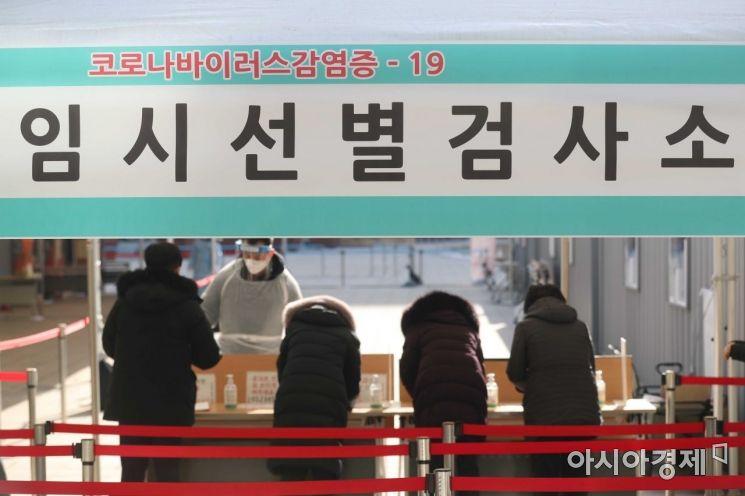 국내 신종 코로나바이러스 감염증(코로나19) 확진자가 처음 발생한 지 1년째가 되는 지난 20일 서울광장에 마련된 임시 선별검사소에서 시민들이 검사를 받고 있다. /문호남 기자 munonam@