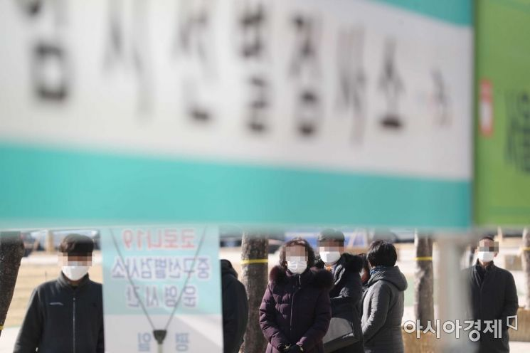 국내 신종 코로나바이러스 감염증(코로나19) 확진자가 처음 발생한 지 1년째가 되는 20일 서울광장에 마련된 임시 선별검사소에서 시민들이 검사를 받고 있다. /문호남 기자 munonam@