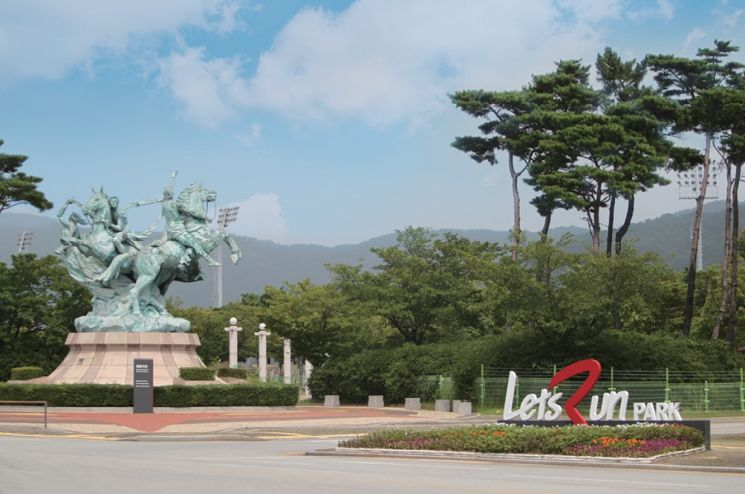 한국마사회 부산경남본부의 청동 마상과 렛츠런파크 로고.