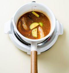 3. 냄비에 물 2컵을 넣어 끓여 끓으면 된장과 고춧가루를 넣어 잘 풀다. 전복, 조개, 새우, 애호박을 넣어 3분 정도 끓인다.