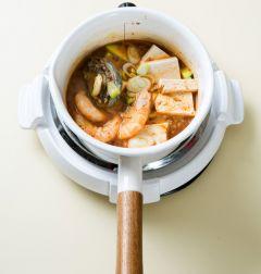 4. 국물이 끓으면 거품을 걷어내고 두부와 대파를 넣고 2분 정도 더 끓인다. 다진 마늘, 소금, 후춧가루를 넣어 간을 한다.