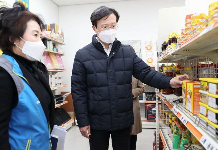 [포토]채현일 영등포구청장, 영원마켓 운영 점검 나서