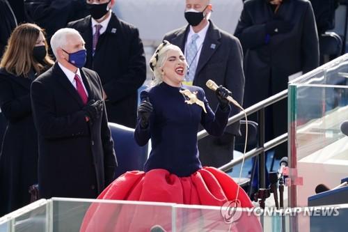 레이디가가가 20일(현지시간) 미국 워싱턴DC에서 열린 조 바이든 미국 대통령 취임식에서 미국 국가를 열창하고 있다.  [이미지 출처= AP연합뉴스]