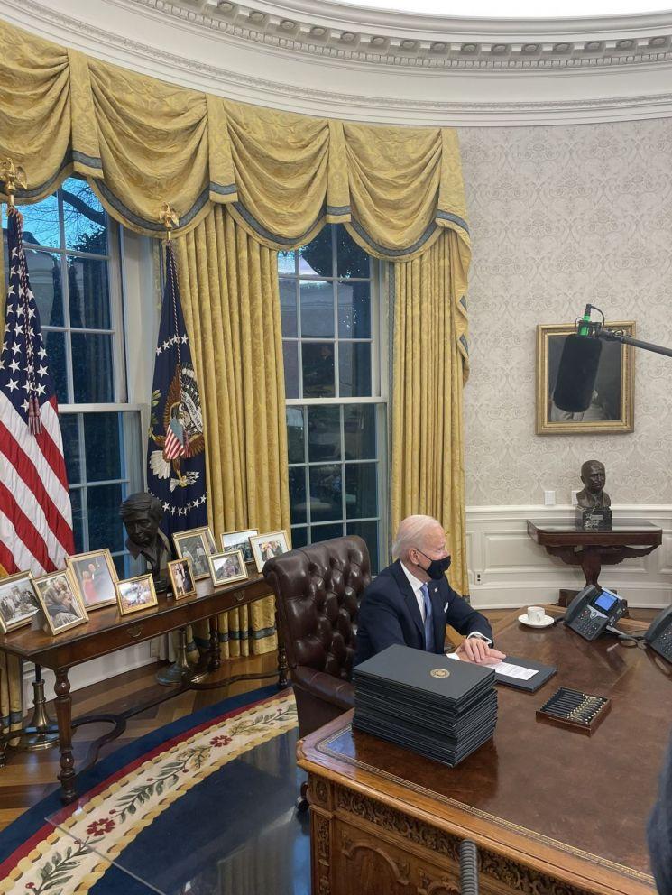 [속보] 바이든, 취임 첫날 트럼프 지우기 행정명령 서명
