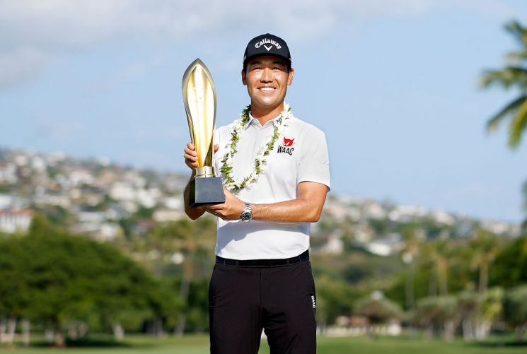케빈나 선수가 18일(한국시간) PGA투어 소니오픈 대회 우승 후 트로피를 들어 보이고 있다. (사진=코오롱FnC 제공)