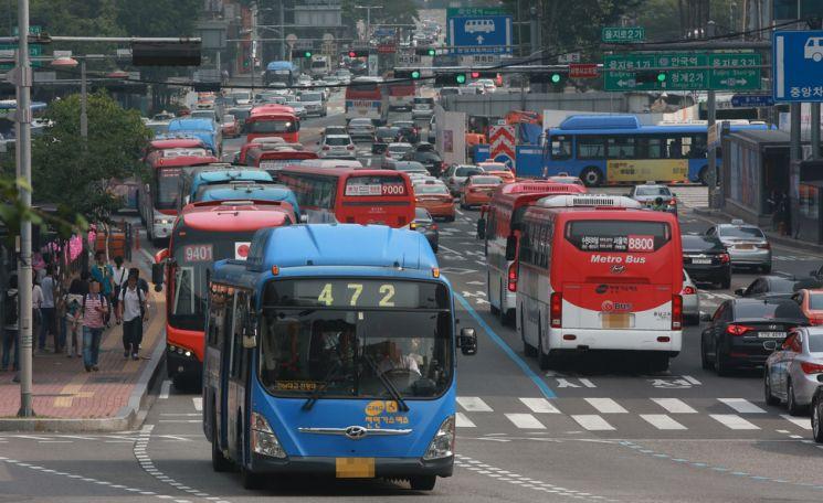서울 시내버스들이 서울 백병원 인근 버스정류장을 지나고 있다. 사진은 자료 사진으로 기사 중 특정표현과 관계없음. 연합뉴스