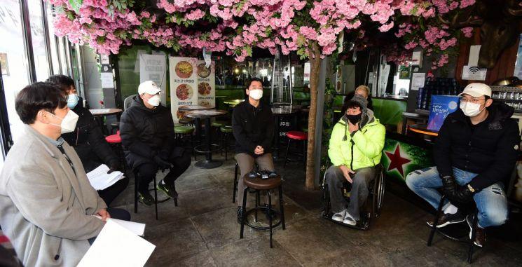 국민의당 안철수 대표가 20일 서울 이태원에서 자영업자들과 만난 자리에서, 강원래가 'K팝은 최고지만 방역은 꼴등'이라고 발언했다가 뭇매를 맞았다. [이미지출처=연합뉴스]