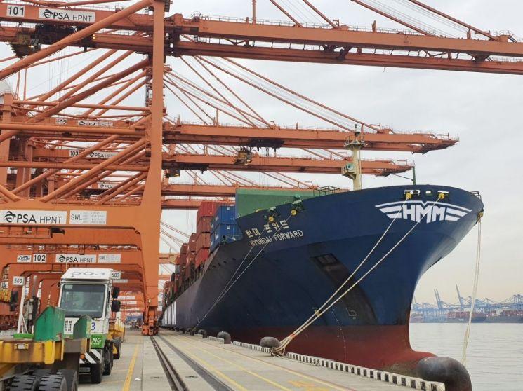 23일 부산 HPNT(HMM부산신항터미널)에서 출항 예정인 4,600TEU급 컨테이너선 'HMM 포워드(Forward)호'가 미주 지역으로 향하는 국내 수출기업의 화물을 선적하고 있다.