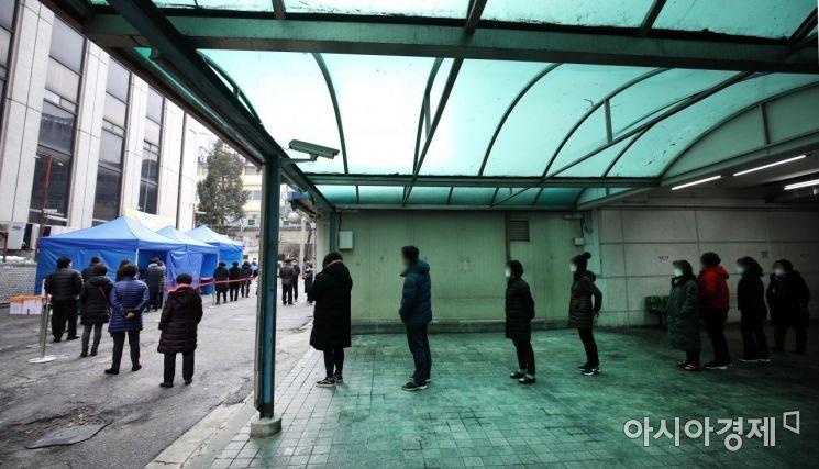 [포토] 임시 진료소에 줄 선 남대문시장 상인들
