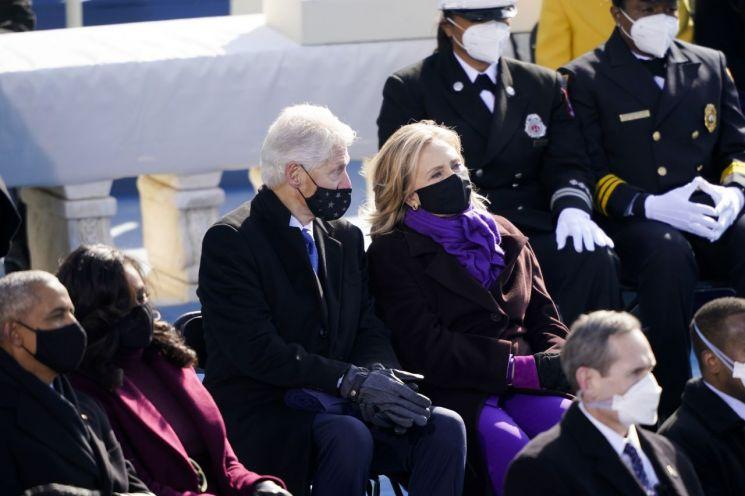 ▲취임식에 내빈으로 참석한 빌 클린턴 전 미국 대통령(왼쪽)과 힐러리 클린턴 전 국무부 장관(오른쪽) [이미지출처=연합뉴스]