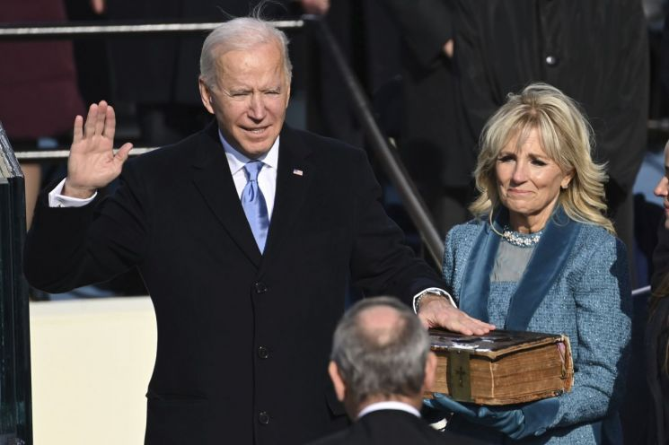조 바이든 미국 대통령이 20일(현지시간) 워싱턴DC의 연방의회 의사당에서 열린 취임식에서 선서를 하고 있다. [이미지출처=연합뉴스]