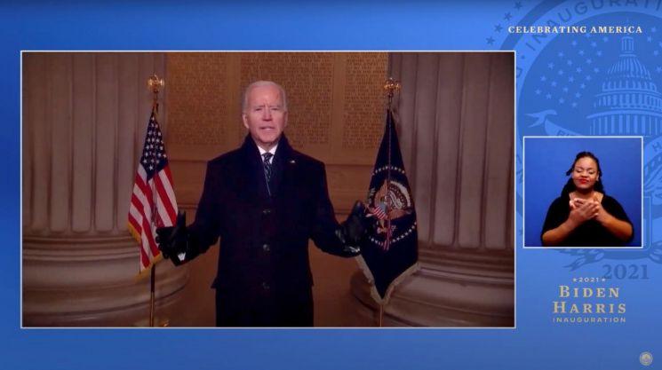바이든 대통령이 취임 첫날 저녁 열린 축하 공연 중 링컨 기념관에서 연설하고 있다. [이미지출처=로이터연합뉴스]