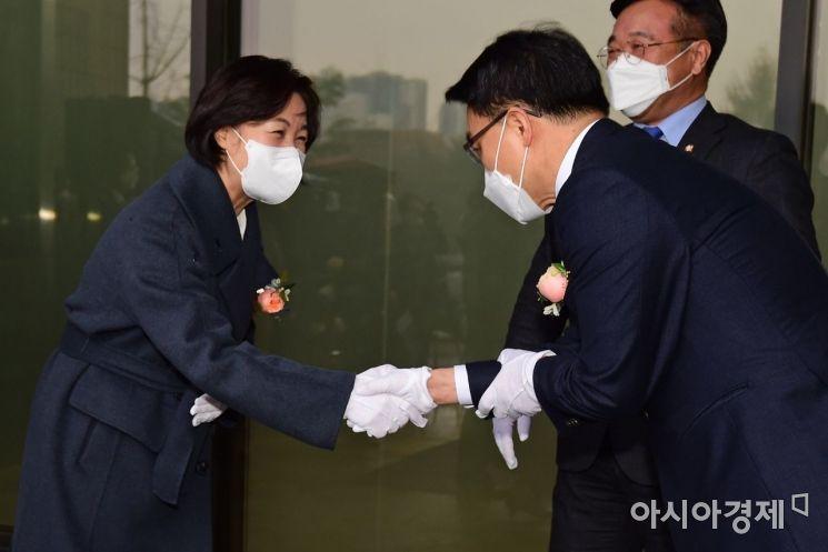 [포토]악수하는 추미애 장관과 김진욱 공수처장