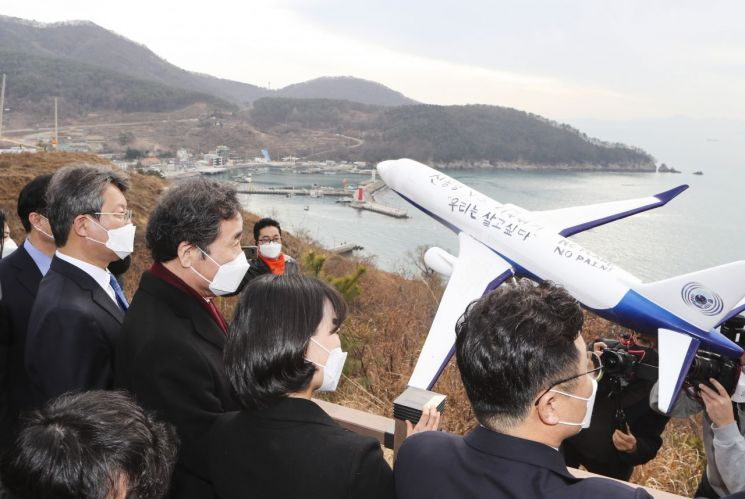 더불어민주당 이낙연 대표가 21일 오후 부산 강서구 대항전망대에서 가덕도신공항 예정지를 둘러보고 있다.<이미지:연합뉴스>
