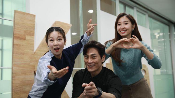 20일 서울 마포구 SK스토아 본사에서 개그맨 김재우(가운데)와 유재연(왼쪽)·김서란 쇼호스트가 포즈를 취하고 있다.
