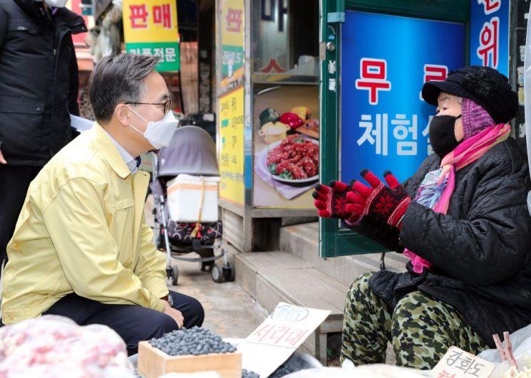 [포토] 유성훈 금천구청장, 겨울철 전통시장 화재예방 현장방문