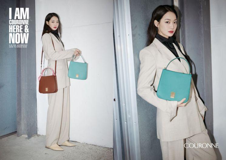 코오롱인더스트리FnC부문의 여성 핸드백 브랜드 '쿠론'이 배우 신민아와 함께 한 2021 봄·여름 시즌 캠페인을 공개한다고 22일 밝혔다.