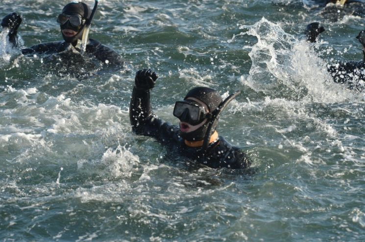 """[양낙규의 Defence photo]""""내가 해군 SSU다""""…혹한기 훈련은"""