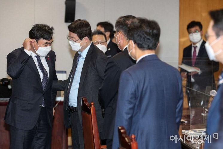 [포토]대화하는 윤관석 의원-정희수 회장