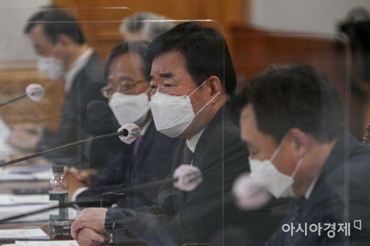 김진표 더불어민주당 의원이 22일 서울 중구 은행연합회관에서 열린 '더불어민주당-금융권CEO, K뉴딜 지원방안 회의'에 참석해 모두발언 하고 있다./강진형 기자aymsdream@