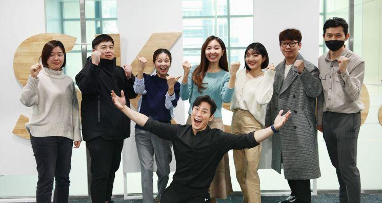 20일 서울 마포구 SK스토아 본사에서 개그맨 김재우와 '요즘 뭐먹지' 제작팀이 단체로 포즈를 취하고 있다.