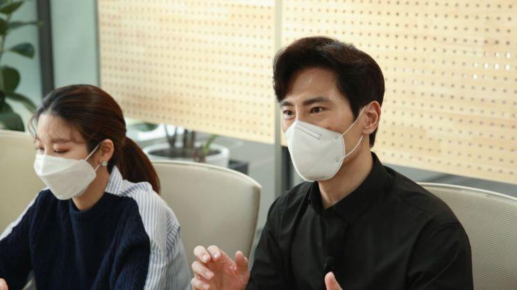 20일 서울 마포구 SK스토아 본사에서 김재우(오른쪽)와 유재연 쇼호스트가 인터뷰를 통해 '요즘 뭐먹지'에 대해 설명하고 있다.