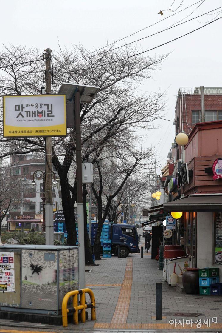 신종 코로나바이러스감염증(코로나19) 확산을 방지하기 위한 사회적 거리두기가 이어지고 있는 22일 서울 마포구 음식거리가 한산한 모습을 보이고 있다./강진형 기자aymsdream@