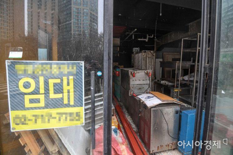 신종 코로나바이러스감염증(코로나19) 확산을 방지하기 위한 사회적 거리두기가 이어지고 있는 22일 서울 마포구 음식거리에 한 상점이 폐업하고 있다./강진형 기자aymsdream@