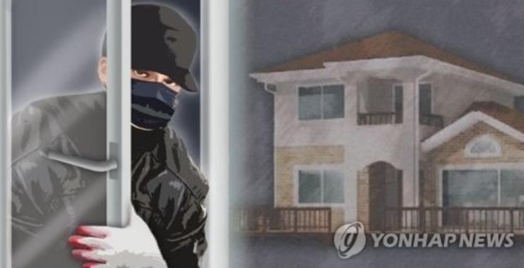 22일 전북 전주 완산경찰서는 전국 각지 주택과 아파트 등지 빈집에서 금품을 탈취해온 A(26)씨와 B(24)씨 2명을 검거, 구속영장을 신청했다고 밝혔다. [이미지출처=연합뉴스]