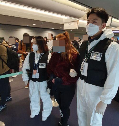 지난해 2월 발생한 '강원랜드 카지노 현금 절취 사건' 피의자 1명이 22일 오후 인천 국제공항을 통해 스페인에서 국내로 인도됐다.