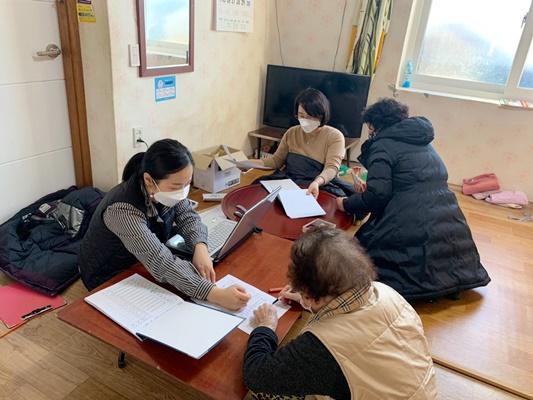 해남군 읍면 직원들이 마을을 방문해 4100명이 넘는 주민들의 신청을 받았다. (사진=해남군 제공)