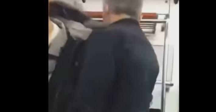 중학생으로 추정되는 청소년은 어깨로 노인을 거칠게 밀치며 앞으로 나선다. / 사진=유튜브 캡처