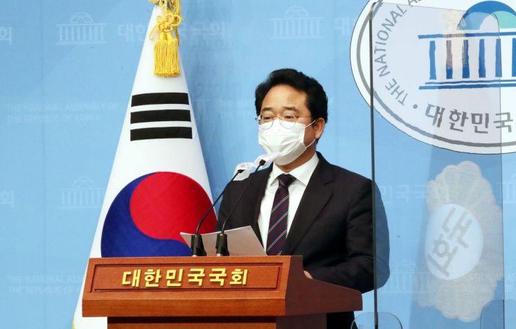 민병덕 더불어민주당 의원이 22일 오후 국회 소통관에서 코로나바이러스 감염증 극복을 위한 손실보상 및 상생에 관한 특별법안 발의 기자회견을 하고 있다. / 사진=연합뉴스